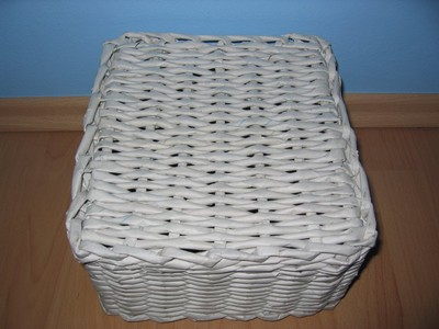4ca23f1fa Pletený košík z papiera s výpletaným dnom.