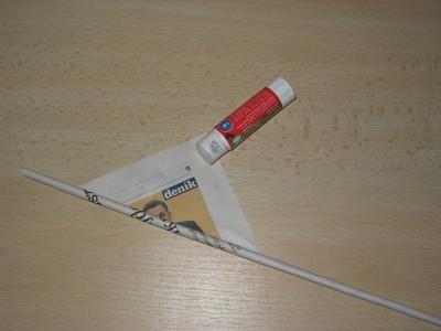 4a59b832e Koniec novín -rožtek potrite lepidlom, aby sa ruličky nerozmotala.